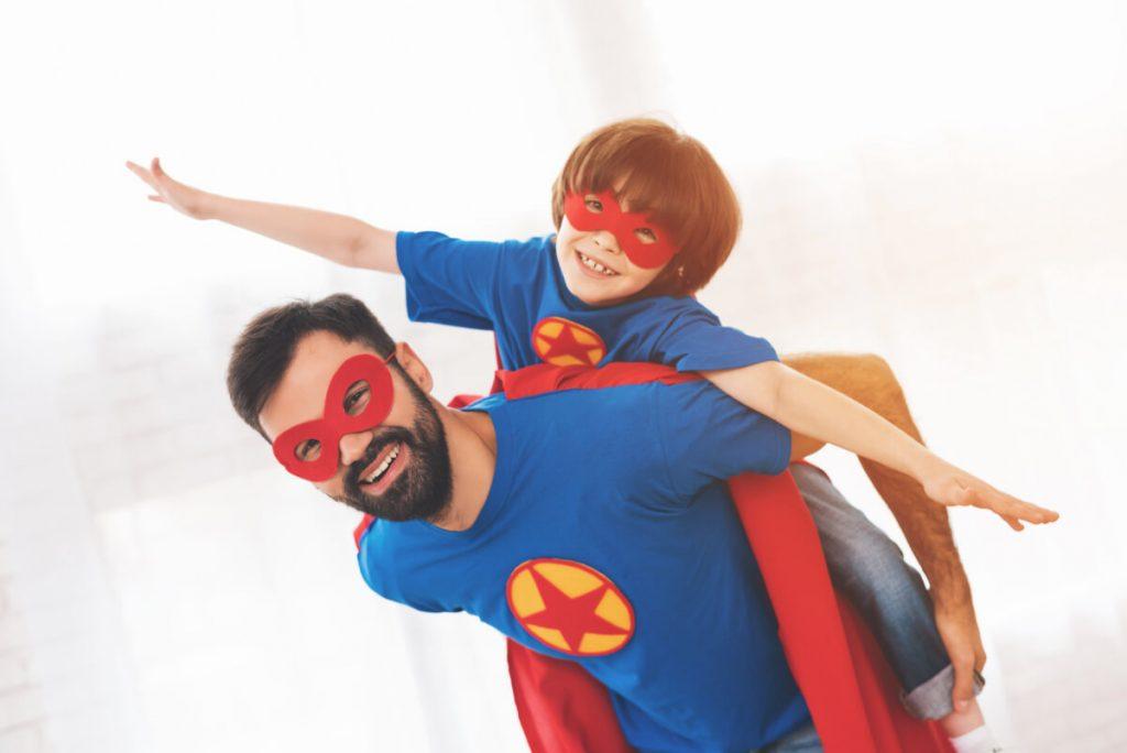 Chłopiec i ojciec w maskach supermana - Dziecięce marzenia - czy wiesz jak ich nie zniszczyć