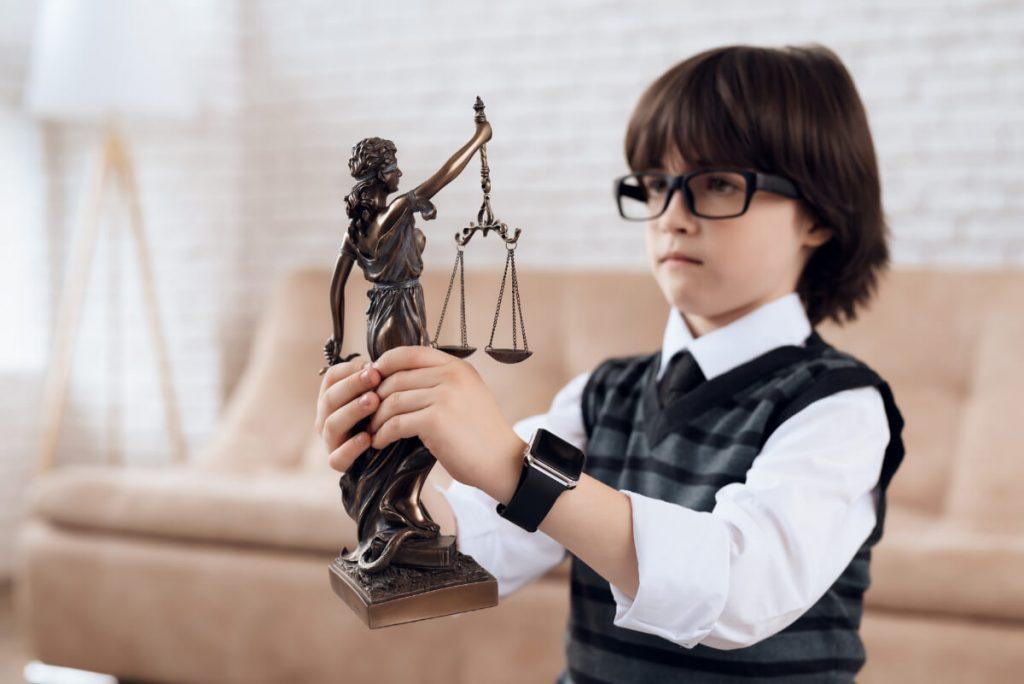 Chłopiec z symbolem temidy - Dziecięce marzenia - czy wiesz jak ich nie zniszczyć