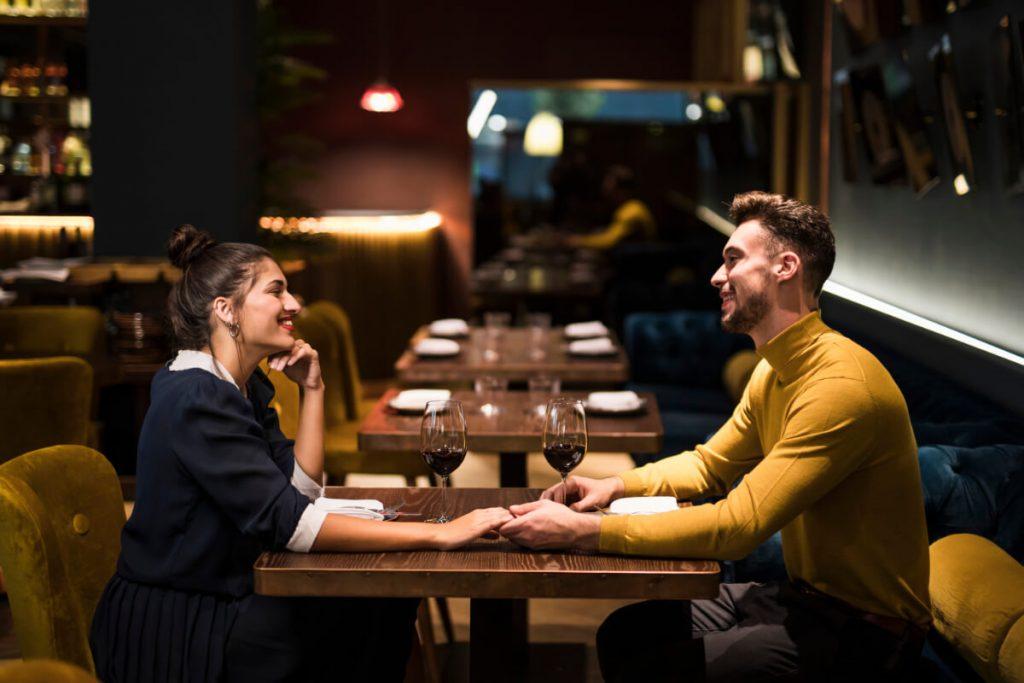 Randka w restauracji. Kiedy zacząć nowy związek po śmierci bliskiej osoby