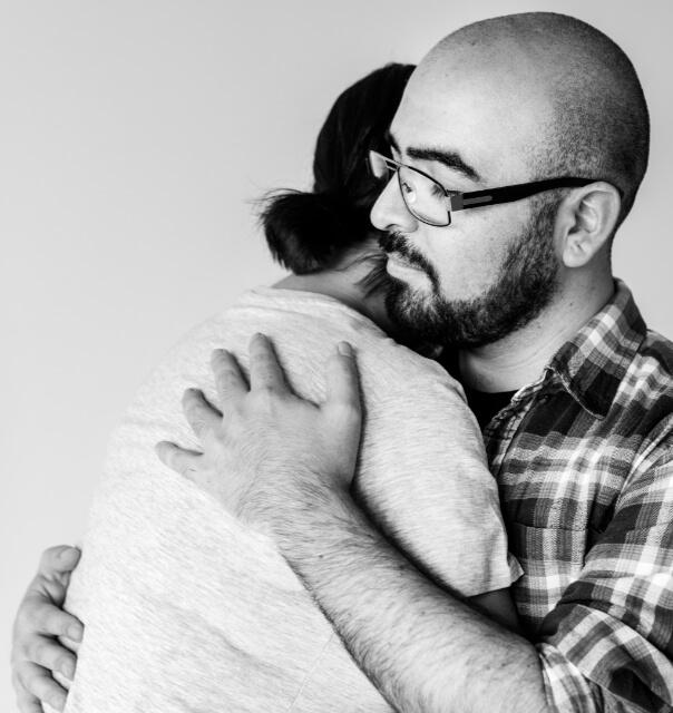 Mężczyzna przytula kobietę. Atak paniki - jak sobie z nim poradzić