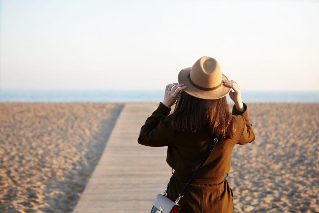 Kobieta na plaży. Jak poradzić sobie z wypaleniem zawodowym?