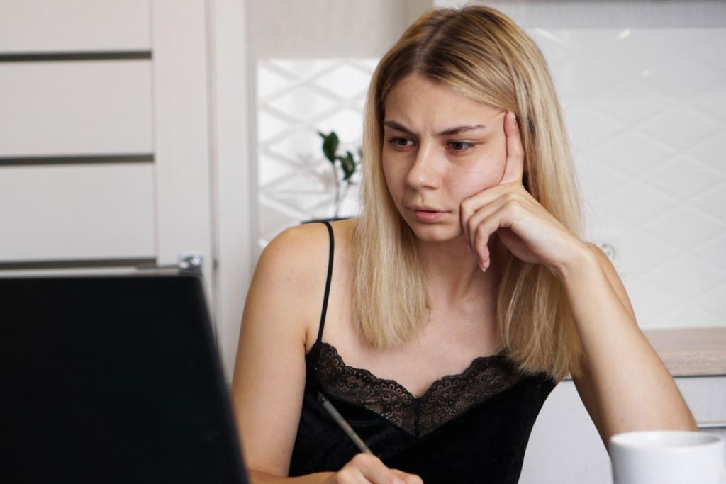Kobieta przed laptopem. Lęk przed utratą pracy - jak sobie poradzić