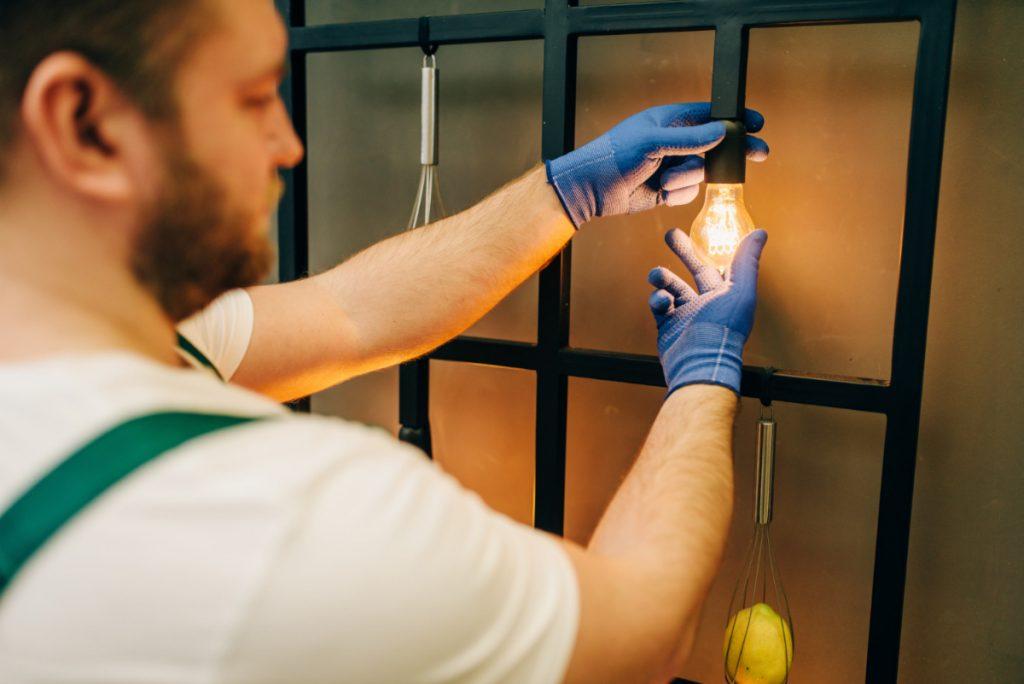 Elektryk zmienia żarówkę. Zmiana zawodu - czy naprawdę nigdy nie jest za późno?